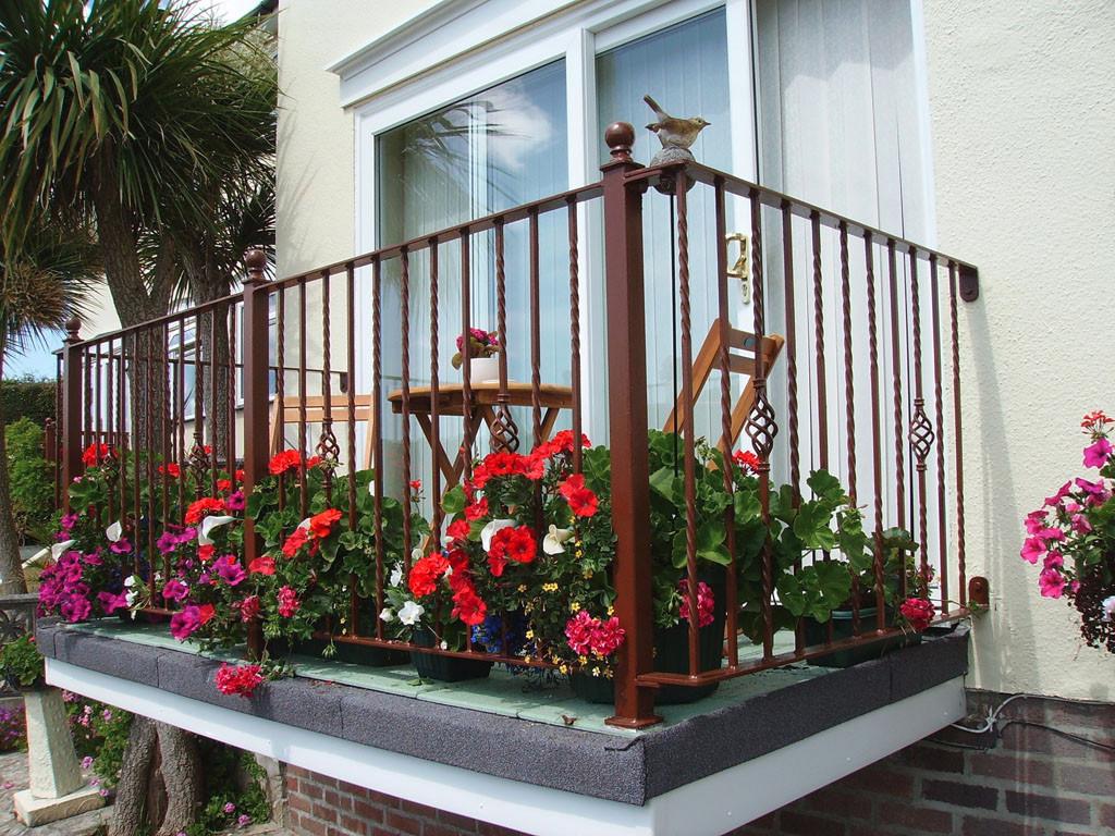 Фотоподборка самых креативных балконов: цветы, кованые перил.