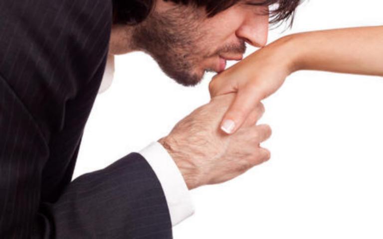 Что значит когда мужчина целует руки своей женщине 948