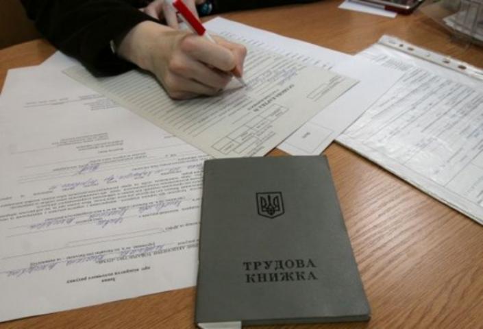 В Славянске чиновник фиктивно трудоустроил 15 друзей из «ДНР»